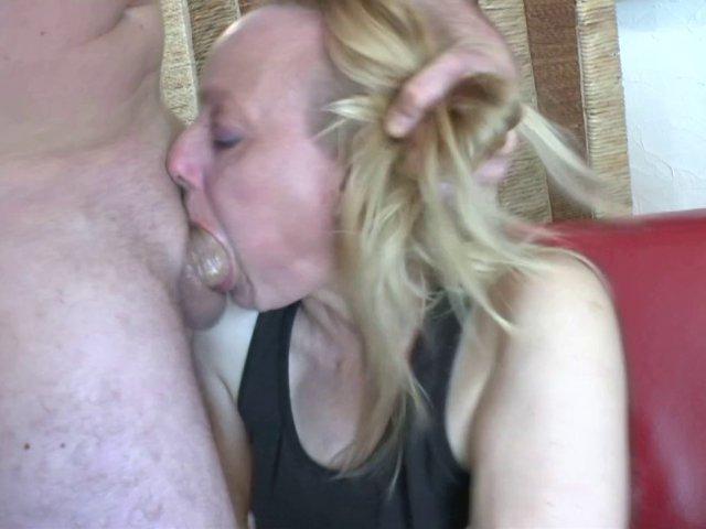 Carole, une bonne mature blond qui vient pour une leçon très hard!