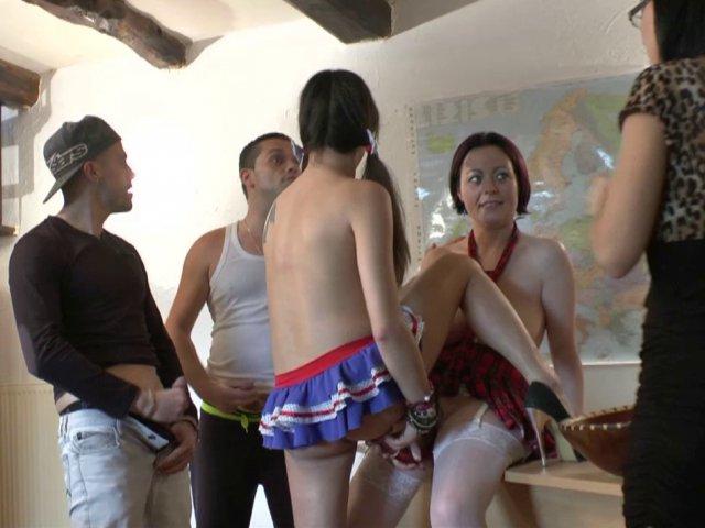 Quatre étudiants en éducation sexuelle se mettent aux travaux pratiques!