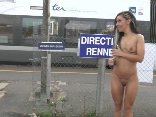 Elle s'exhibe à la gare et s'attaque à une bite dans un porno français