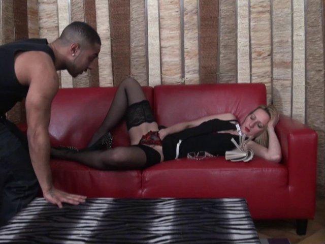 Une secrétaire mature et nympho rêve de se faire baiser par un black!