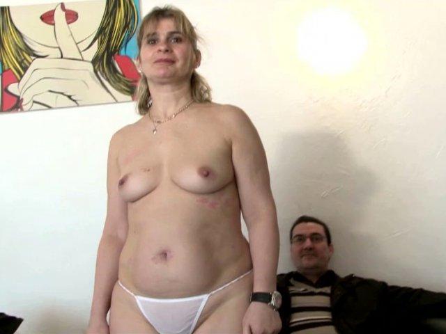 Carole, milf libertine, castée devant son mari.