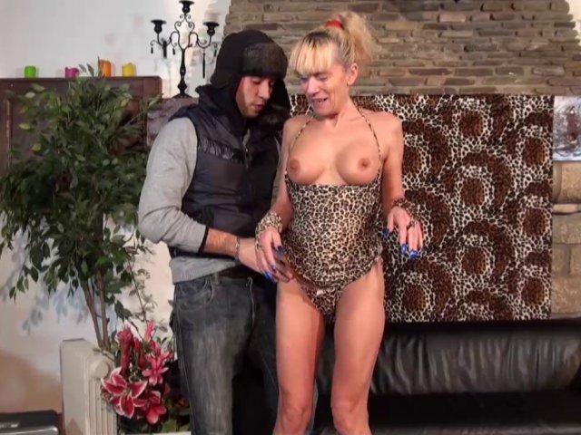 La femme de ménage nympho se paye les faveurs d'un jeune technicien!