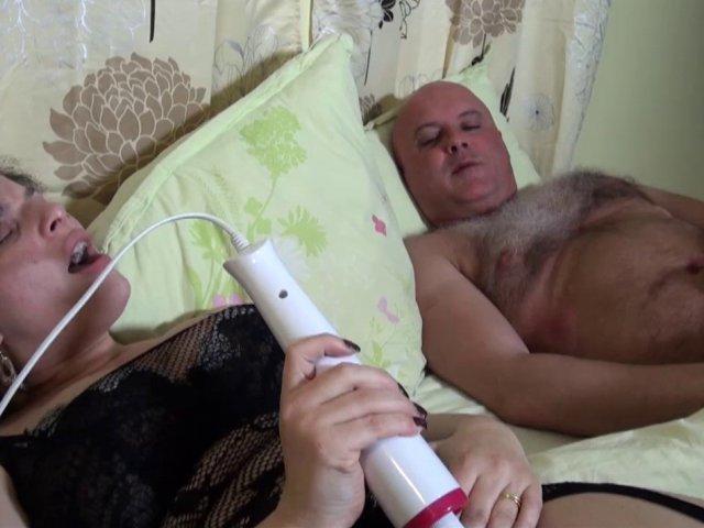 Phoebe s'offre un réveil orgasmique après un rêve hot!