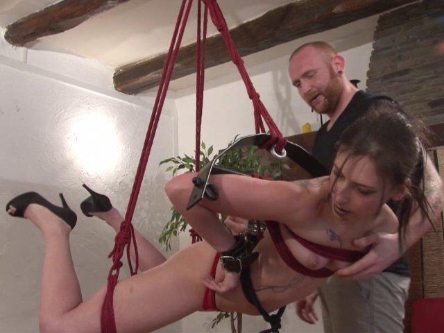 Amel découvre le bondage et la soumission de façon très hard!