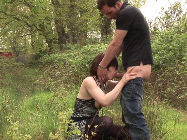 Prise ne flagrant délit de baise dans les bois!